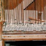 Tastiera con tiranteria in legno allo smontaggio; ricoperta di polvere e calcinacci.