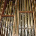 Facciata prima del restauro: sono visibili importanti fenomeni di ossidazione sulla lastra di stagno.