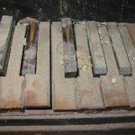 Polvere e calcinacci sulla tastiera, prima del restauro.