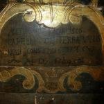 Iscrizione sul pannello copritastiera, con la firma dell'autore.
