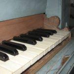 Particolare tastiera restaurata con spalletta ricostruita