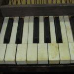 Particolare copertine tastiera dopo il restauro